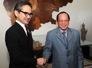 Ngoại trưởng Campuchia Hor Namhong (phải) và Ngoại trưởng Indonesia Marty Natalegawa trong cuộc gặp tại Phnom Penh ngày 19/7.
