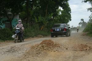 Đường liên xã Phú Lai đến thị trấn Hàng Trạm (Yên Thuỷ) xuống cấp nghiêm trọng bởi xe quá tải.