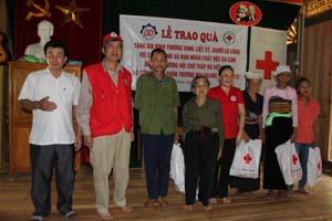 T.Ư Hội CTĐ tỉnh Hội, huyện Mai Châu , tặng quà  các gia đình chính sách tại xã Mai Hạ.