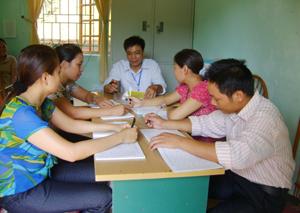 Ban chăm sóc NCC xã Thu Phong hướng dẫn làm thủ tục hành chính giải quyết chế độ chính sách cho người có công.