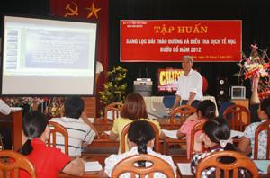 Bác sỹ chuyên khoa của Bệnh viện Nội tiết trao đổi với các học viên về hậu quả của bệnh đái tháo đường.
