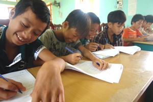 Học sinh trường THCS Tây Phong điền phiếu thăm dò ý kiến đóng góp sửa đổi Luật Bảo vệ, chăm sóc và giáo dục trẻ em.