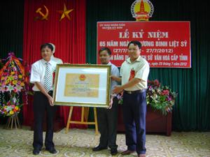 Lãnh đạo Bảo tàng Hòa Bình trao bằng công nhận xếp hạng di tích lịch sử văn hóa cấp tỉnh địa điểm chiến dịch cầu Mè -  xóm Dụ - xã Mông Hóa cho đại diện huyện Kỳ Sơn và xã Mông Hóa.