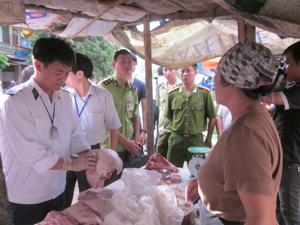 Ban chỉ đạo 127/ĐP thành phố Hòa Bình đã kiểm tra 15 hộ giết mổ, kinh doanh sản phẩm thịt lợn tại các chợ Chăm Mát, Thái Bình, Thống Kê.