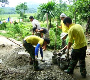 Đoàn sinh viên tình nguyện Hàn Quốc làm giúp hộ gia đình ông Nguyễn Văn Hòa, xóm Tình, xã Tu Lý (Đà Bắc).