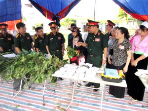 Các đại biểu thăm quan gian trưng bày thuốc tại Hội thi