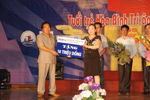 Lãnh đạo Sở LĐ-TB&XH nhận tiền ủng hộ cho chương trình.