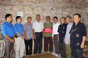 Ông Tạ Văn Hạ, Tổng chỉ huy trưởng lực lượng TNXP T.Ư; lãnh đạo Tỉnh Đoàn và chính quyền địa phương xã Trung Minh thăm, tặng quà gia đình ông Nguyễn Văn Cư, 87 tuổi, xã Trung Minh.