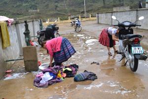 Nhờ sự đầu tư của các chương trình, nhân dân bản Hang Kia, xã Hang Kia (Mai Châu) đã có đủ nước sinh hoạt hợp vệ sinh để sử dụng.