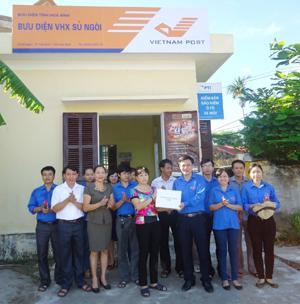 Đại diện lãnh đạo Tỉnh đoàn tặng sách cho điểm bưu điệm văn hóa xã Sủ Ngòi (TP Hoà Bình).