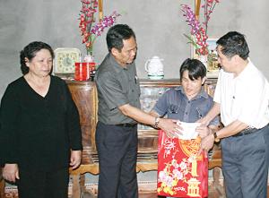 Hội Bảo trợ người tàn tật, trẻ mồ côi tỉnh tặng quà cho người khuyết tật xã Trung Sơn (Lương Sơn).