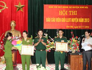 BTC trao giấy khen cho các thí sinh đạt giải tại hội thi.