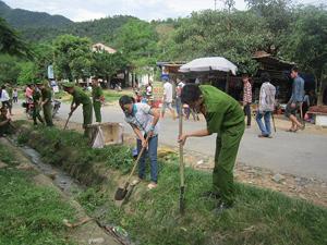 Cán bộ, chiến sỹ Công an tỉnh, huyện Đà Bắc và nhân dân tham gia nạo vét kênh mương trên địa bàn xã Mường Chiềng.