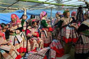 Những bộ trang phục truyền thống được làm từ lanh làm tôn nên vẻ đẹp của người phụ nữ Mông.