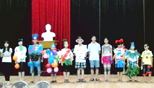 Các em thiếu nhi tham gia phần lễ hội màu sắc tại trại hè thiếu nhi Hoà Bình năm 2013.