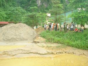 Người dân xóm Rụt, xã Tân Vinh (Lương Sơn) cho rằng, việc xả thải của Công ty Khai thác khoáng sản Hoà Bình THT gây ô nhiễm nguồn nước.