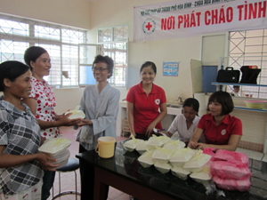 Đại diện Hội phật tử và Hội Chữ thập đỏ thành phố trao tặng tặng suất cơm miễm phí cho các bệnh nhân nghèo.
