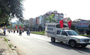 """Hoạt động diễu hành tuyên truyền về Chương trình thi đua """"Gia đình tiết kiệm điện cấp thành phố năm 2013""""."""