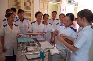 Sinh viên trường Trung học y tế Hòa Bình thực hành tại Bệnh viện Đa khoa tỉnh.