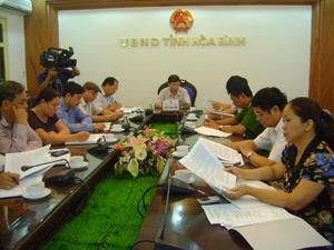 Đồng chí Bùi Văn Cửu, Phó Chủ tịch TT UBND tỉnh và lãnh đạo các sở, ban, ngành dự hội nghị.