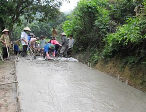 Hội viên nông dân xã Vĩnh Đồng (Kim Bôi) góp công xây dựng hạ tầng giao thông nông thôn.