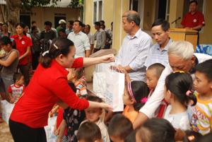 Lãnh đạo Hội CTĐ tỉnh trao sữa của nhà tài trợ cho các cháu tại xã Piềng Vế (Mai Châu).