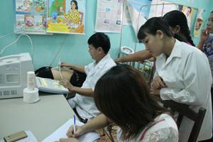 Cán bộ Trung tâm DS-KHHGĐ huyện phối hợp với Trạm y tế thị trấn Lương Sơn tổ chức hưởng ứng Chiến dịch CSSKSS/KHHGĐ nhân ngày Dân số thế giới.