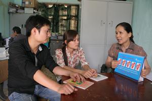 Cán bộ Trung tâm DS- KHHGĐ huyện Tân Lạc tuyên truyền kiến thức CSSKSS cho thanh niên, vị thành niên.