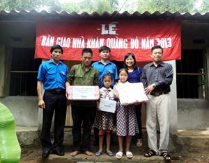Đảng ủy, HĐND, UBND, các ngành đoàn thể, Ban Chấp hành Đoàn xã Thượng Cốc đã tặng quà cho gia đình em Bùi Thị Nhàn.