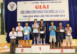Đồng chí Bùi Tiến Lực, Chủ tịch LDLĐ tỉnh trao giải cho các VĐV đạt giải nội dung đôi nam.