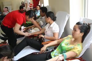 Các tình nguyện viên tham gia hiến máu tình nguyện thành phố Hoà Bình đợt 3 năm 2013.