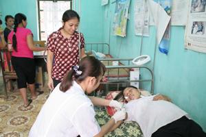 Cán bộ Trạm y tế thị trấn Lương Sơn lấy máu xét nghiệm gen bệnh tan máu bẩm sinh cho phụ nữ có thai trên địa bàn.