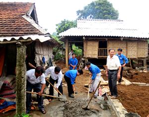 Đại diện lãnh đạo Huyện đoàn, Quỹ vì người nghèo huyện tham gia khởi công xây dựng căn nhà mới cho hộ gia đình ĐV Bùi Văn Minh.