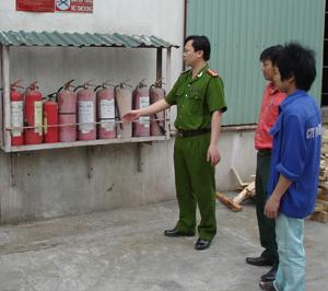 CB-CS Công an huyện Kỳ Sơn hướng dẫn công tác phòng - chống cháy nổ cho công nhân Công ty CP TM - ĐT Nguyên liệu mới.