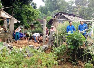 ĐVTN tham gia vận chuyển nguyên vật liệu, xây dựng nhà tắm, nhà tiêu hợp vệ sinh cho 4 gia đình người có công tại xã Hợp Thịnh.