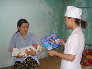 Cán bộ khoa sản, Bệnh viện đa khoa TPHB tư vấn tiêm vắc xin viêm gan B cho trẻ trong vòng 24 h đầu sau sinh.
