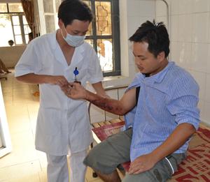 Cán bộ Bệnh viện đa khoa huyện Yên Thủy chăm sóc bệnh nhân bị bỏng trong khi chữa cháy tại cơ sở sản xuất rượu Mường Đình.