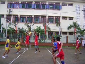 Trận thi đấu giữa đội nam huyện Yên Thủy và Lạc Thủy
