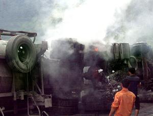 Lực lượng chức năng và nhân dân tiến hành chữa cháy chiếc xe.