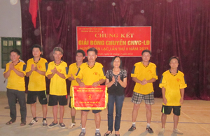 BTC trao giải Nhất cho đội bóng chuyền CĐCS xã Quy Mỹ.