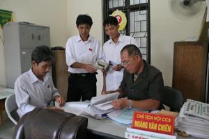 Ông Hoàng Văn Chiến, Chủ tịch Hội CCB xã Tân Vinh - Lương Sơn (người ngồi đầu bên phải) cùng các thành viên Hội CCB xã bàn giải pháp nâng cao chất lượng hoạt động hội.