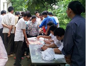 Đoàn tình nguyện khám, cấp thuốc cho người có công trên địa bàn xã Đa Phúc.