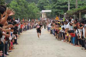 Các giải đấu thể thao cơ sở ở Lạc Thuỷ luôn thu hút được sự tham gia, cổ vũ của đông đảo người dân(trong ảnh: giải việt dã xã An Lạc năm 2013).