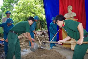 LLVT huyện Yên Thủy tham gia ủng hộ ngày công xây dựng nhà tỉnh nghĩa tặng cho gia đình Đinh Quang Hưng.