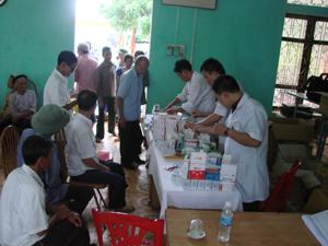 Cán bộ Quân đoàn I cấp phát thuốc miễn phí cho các đối tượng chính sách xã Yên Trị (Yên Thủy).