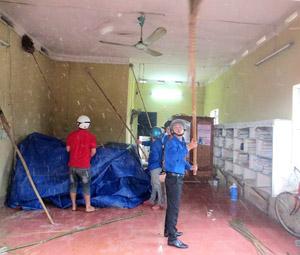 ĐVTN tham gia tu sửa điểm bưu điện văn hoá xã Tây Phong.