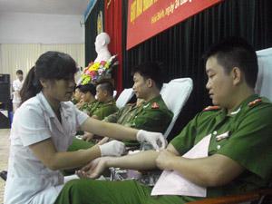 Cán bộ, chiến sĩ Công an tỉnh tham gia hiến máu tình nguyện.