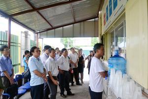 Các đại biểu dự hội nghị thăm quan cơ sở điều trị tại TPHB.