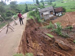 Tuyến đường tái định cư xóm Ong đã bị ăn vào phần hàm ếch tạo vết nứt sâu phía dưới lòng đường.