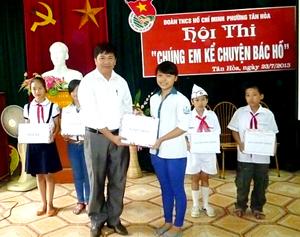 Đại diện lãnh đạo phường trao giải nhất cho chi đội Tân Thành.